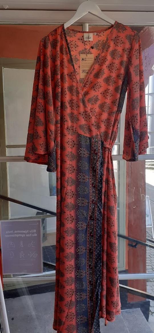Silke slå-om kjole med flagermusærmer