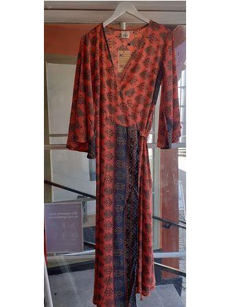 Silke slå-om kjole med flagermusærmer - Frk. Fie